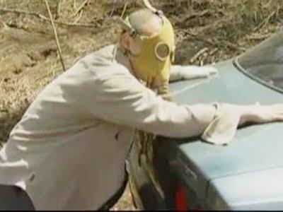 ガスマスクをかぶったレイプ魔