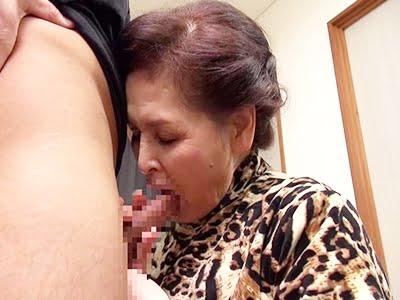 男優の肉棒をフェラする古希のおばあちゃん(中島洋子)