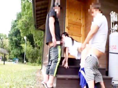 野外で男二人に犯される立ちバック体操着の美少女