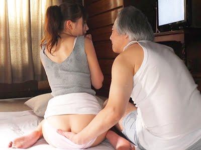 義父に巨尻を弄られる爆乳嫁