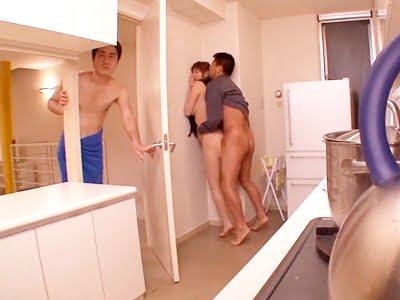 夫にバレないようにキッチンで不倫相手とSEXする人妻(麻美ゆま)