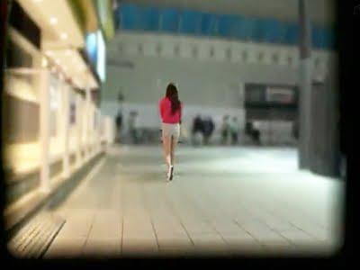 新宿の夜道を歩くホットパンツのお姉さん