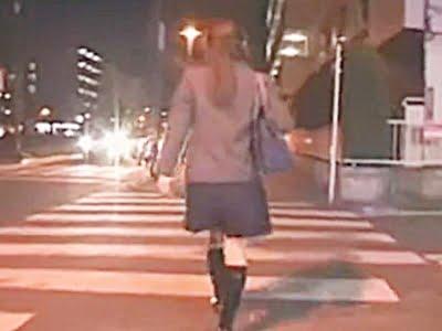 夜道を帰宅する美少女女子高生
