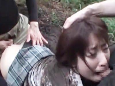 野外で泥だらけになりながら輪姦レイプされる女子校生