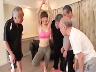 老人たち囲まれるヨガインストラクターの巨乳お姉さん(倉多まお)
