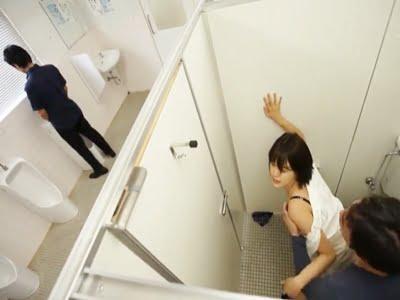 男子トイレの個室ででストーカーに犯される