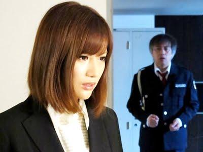 警備員の盗撮行為に気付く美人秘書とそれを背後から見る警備員