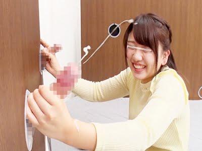 壁からでた肉棒を手コキして射精させる女子大生