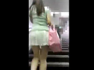駅で尾行され盗撮されるミニスカートのお姉さん