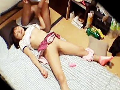 眠る中〇生に卑猥なイタズラをする家庭教師
