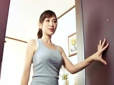 玄関で夫を見送る巨乳美人妻