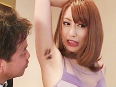 腋毛をお客に見せるカガールズバーのお姉さん(桜井あゆ)