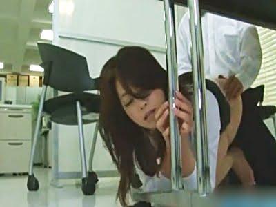 社内でバレないように机の下で部下に犯される美人OL