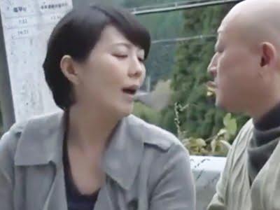 知人の男の勃起ち〇ぽに触れ欲情する人妻熟女(円城ひとみ))