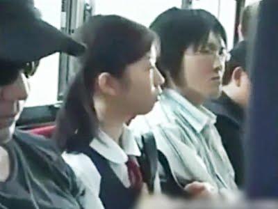 バスの座席に座る女子校生