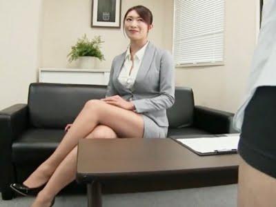 スーツがはじけ飛びそうな長身巨乳の女社長