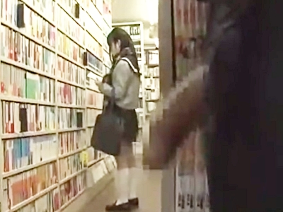 媚薬を塗ったち〇ぽを露出し本屋で店主を待つJKを狙う痴漢