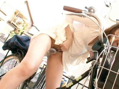 野外で電マ付きサドルのアクメ自転車で絶頂しちゃうAV女優