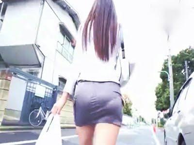 路上を歩く美尻スレンダーな人妻