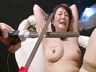 悪の組織に捕まった熟女捜査官が拷問を受ける(円城ひとみ)