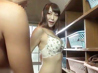 温泉の更衣室で下着姿を息子に見せる人妻