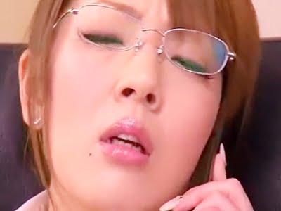 部下にバイブをま〇こに入れるよう催促され感じるOL(Hitomi)