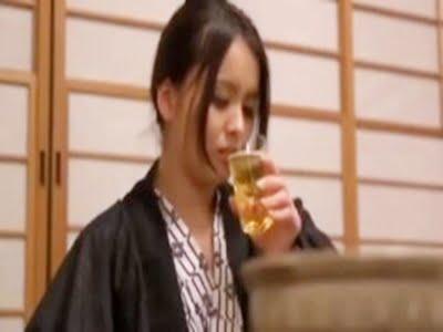結婚2年目の若妻が不倫相手と温泉旅行先でビールを飲む