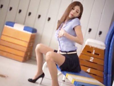 体育倉庫でオナニーするスレンダーな美人女教師(荒木レナ)
