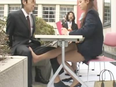 テーブルの下でサラリーマンを足コキする美脚OL