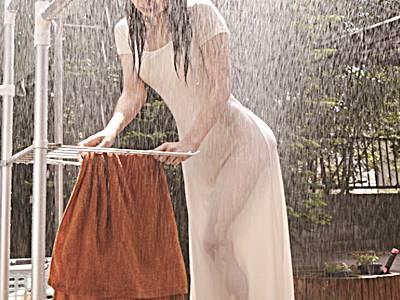 ゲリラ豪雨でビショ濡れのマキシワンピ美女