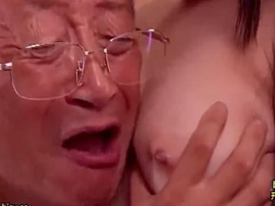 全裸で誘惑してくる美少女に負け襲ってしまうエロ爺