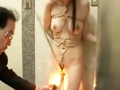 緊縛された美少女がこぶ縄でおま〇こを擦られ調教される
