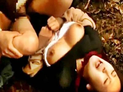 拉致されひと気のない場所で二人のオヤジに強姦される女子校生