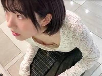 靴売り場で胸チラを盗撮される美少女