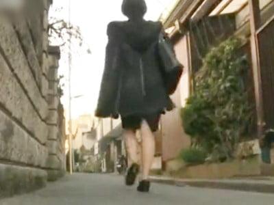 路地を歩くOLのお姉さん