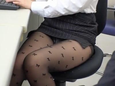 女子社員ばかりの部署で男は僕一人!黒パンストから透けたパンチラにギン勃ちしてる僕のチ○ポに気づいた先輩女子は仕事が手に付かなくなり、こっそり求めてきました