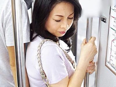 人妻痴●電車~さわられた五十路母~ 吉野かおる