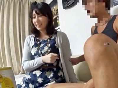イケメンが熟女を部屋に連れ込んでSEXに持ち込む様子を盗撮したDVD。53~強引にそのまま中出ししちゃいました~