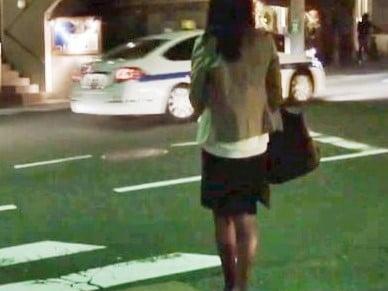タイトスカートが似合う美脚OLを自宅まで尾行して押し込みレ●プ