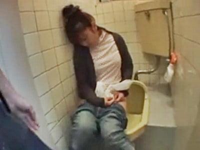 居酒屋トイレで泥●している女