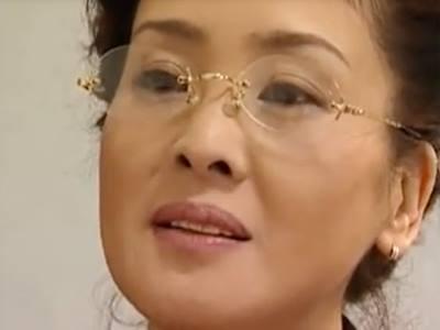 眼鏡をかけた色っぽい熟女妻