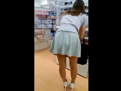 ダイソーで買い物中のミニスカートのお姉さんを背後から盗撮