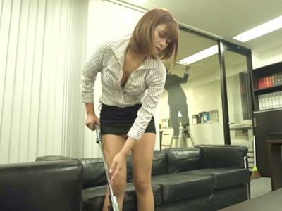 ヤリマン女子社員に狙われた僕!あの手この手でギン勃ちさせられ、机の下でくわえこんで放さない。社内で即ハメを求めてこられ僕は先輩女子社員の性奴●にされちゃった