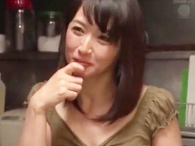 ノーパンで僕を誘惑する隣の奥さん 安野由美