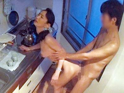 イケメンが熟女を部屋に連れ込んでSEXに持ち込む様子を盗撮したDVD。69~強引にそのまま中出ししちゃいました~