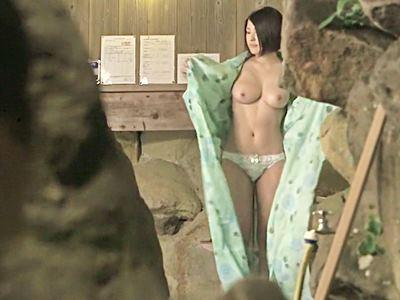温泉で女性客の生裸を偶然目撃しちゃった俺