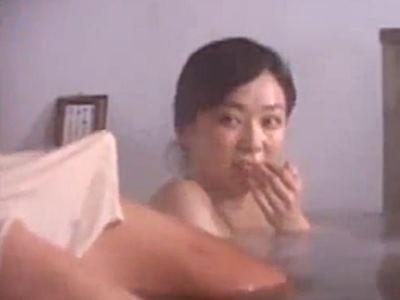 混浴温泉で勃起チ○ポを見て興奮しちゃったお姉さん。