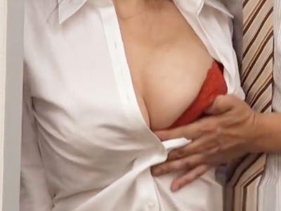 会社の同僚は美人で超巨乳! 服がパッツンパッツンになってブラウスの隙間から覗いた胸を見てフル勃起!ダメもとで誘ってみたら意外とヤレた! 2